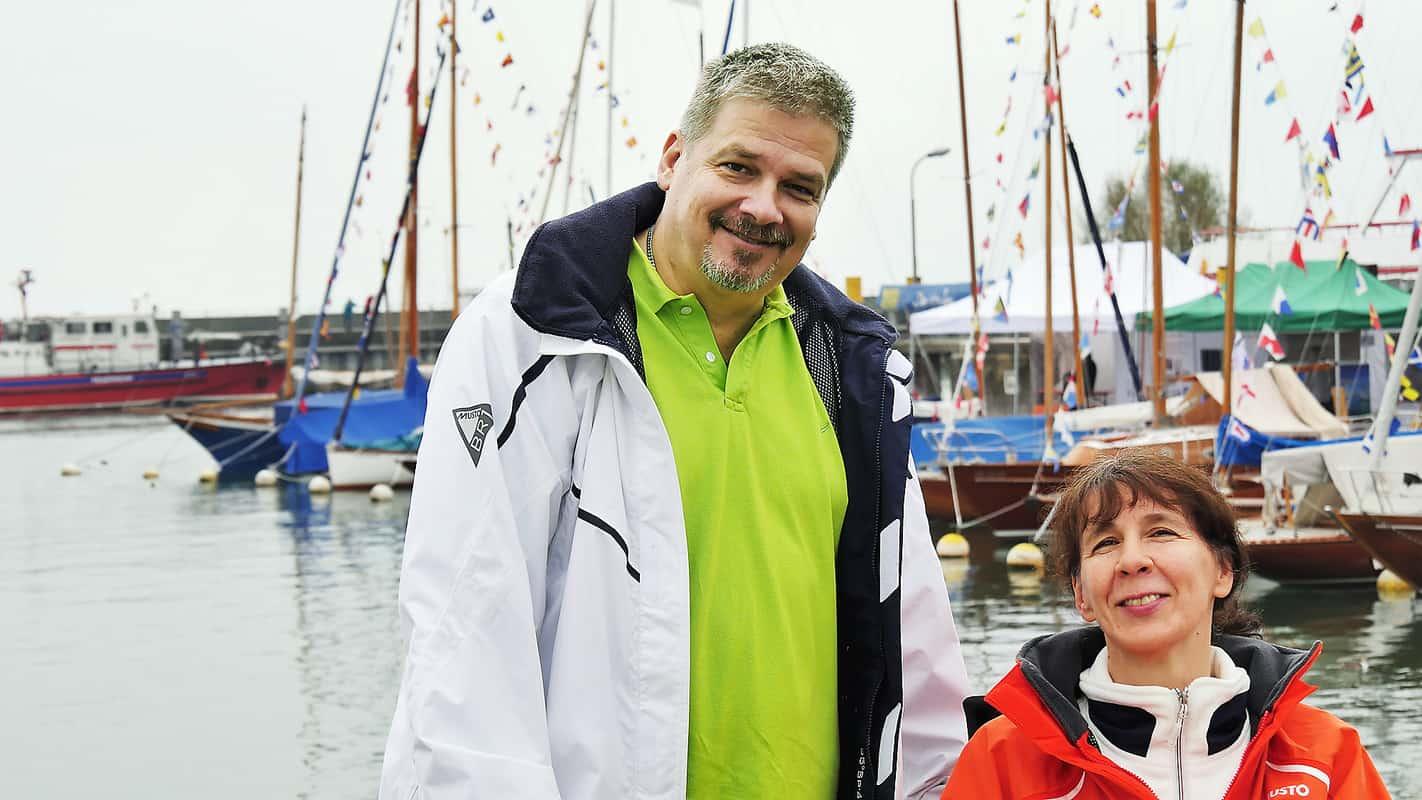 Jochen Meinhold und Martina Moll vorm Hafen