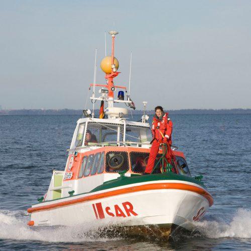 Frau auf Rettungsboot