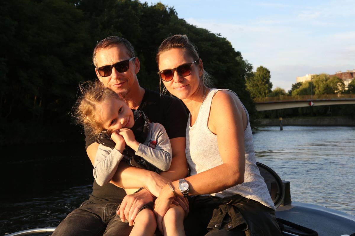 familie auf boot in berlin