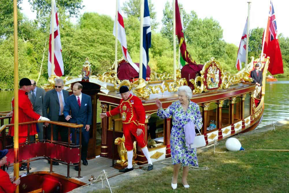 HMElizabeth II visiting Gloriana, The Royal Rowbarge