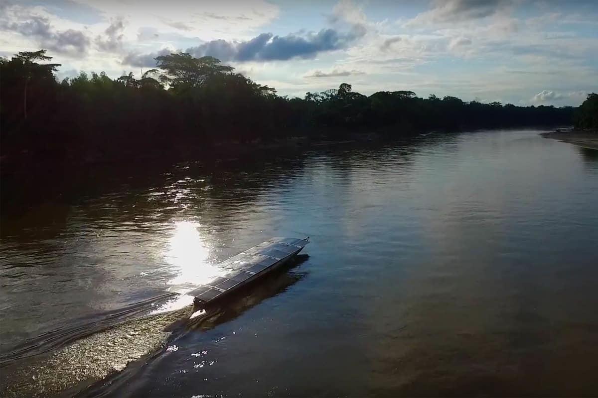 Elektroboot Kara Solar im Amazonas