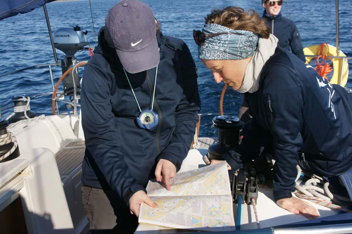 Skipperinnen bei der Routenplanung