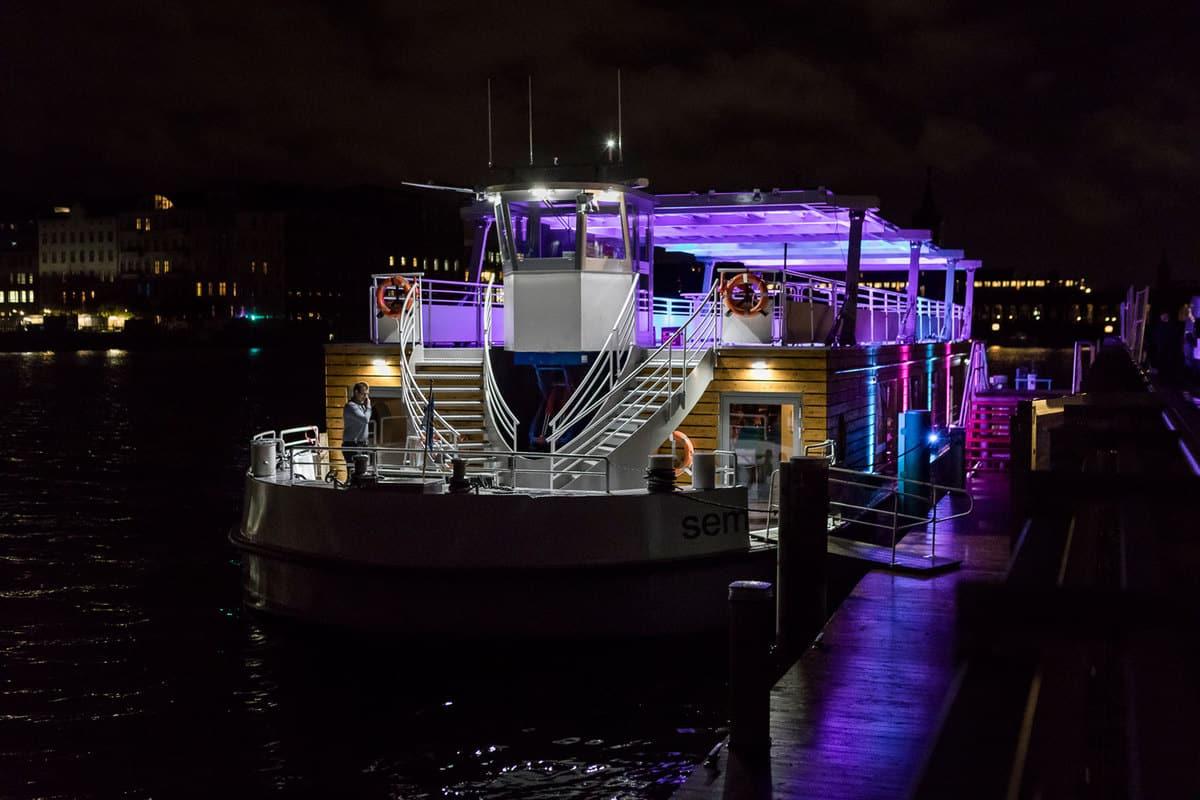 Seminarschiff bei Nacht