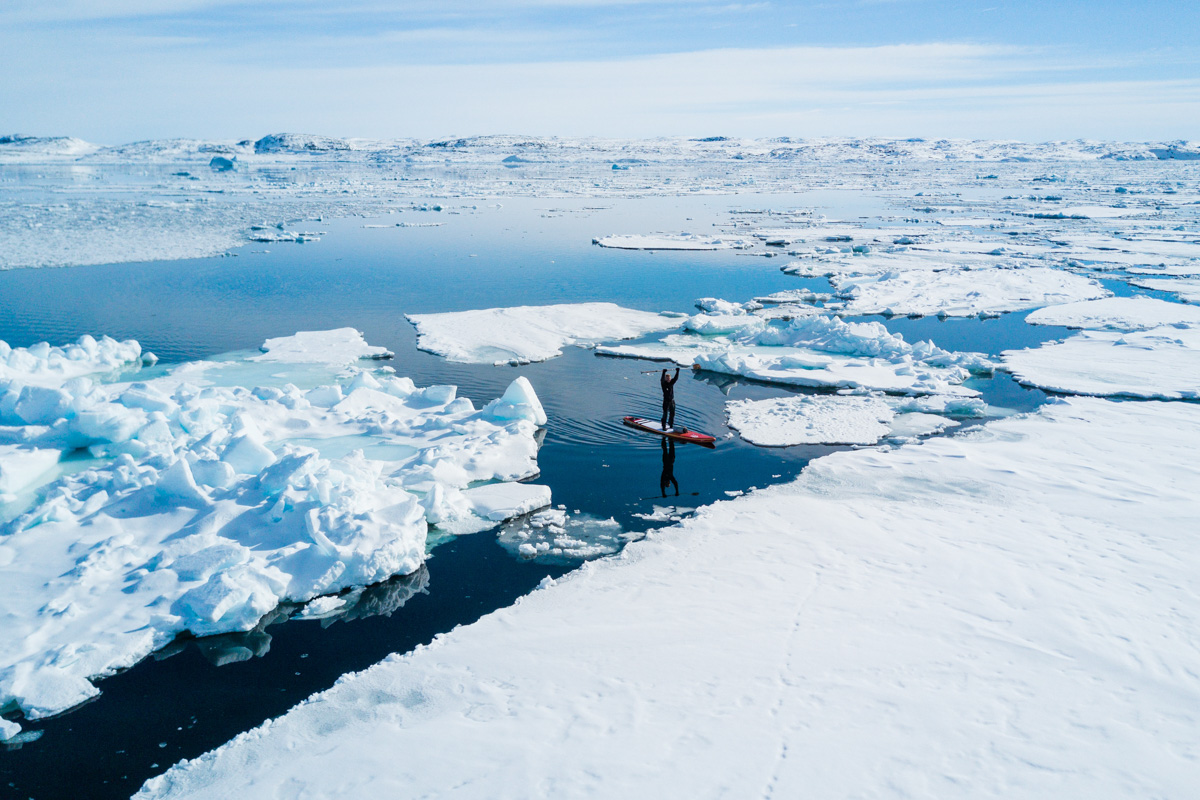 Michael Walther paddelt auf dem SUP zur Eisgrenze