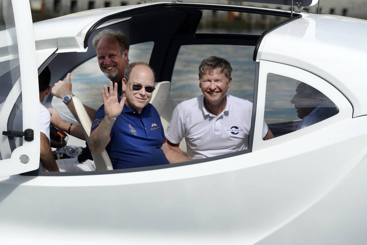 Fürst Albert von Monaco am Steuer des Sea Bubble
