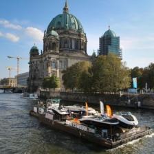 Sea-Ray-Motorboote am Berliner Dom auf dem Weg nach Werder © Kerstin Zillmer