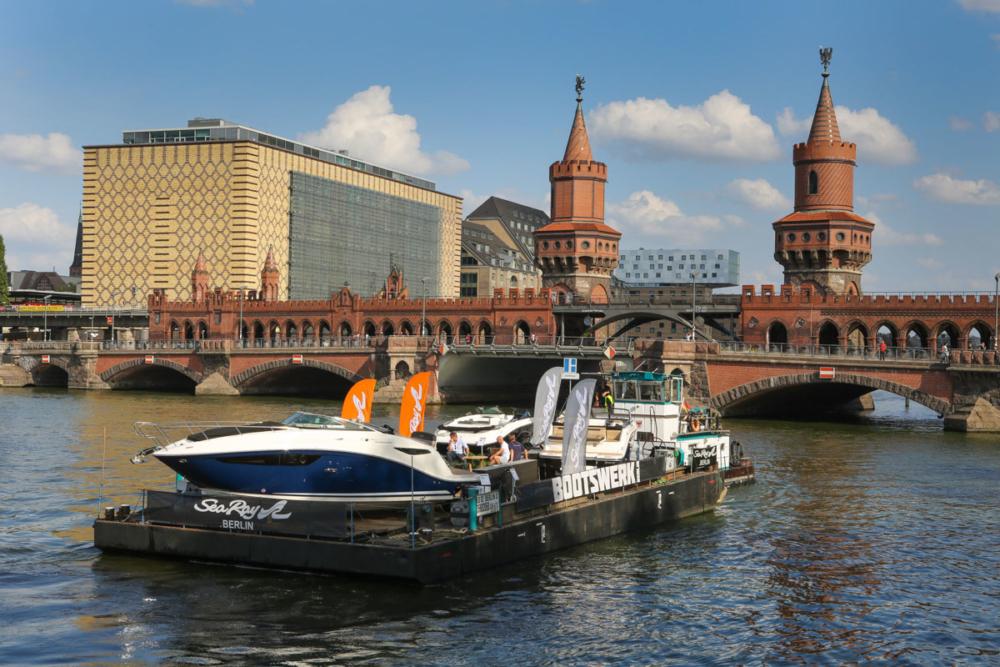 Sea-Ray-Motorboote an der Oberbaumbrücke auf dem Weg nach Werder © Kerstin Zillmer