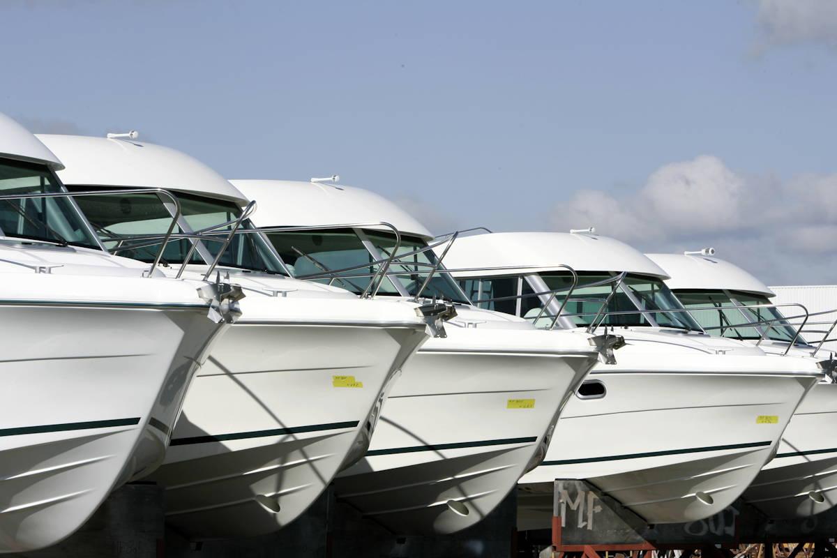 Boote vor der Auslieferung bei Jeanneau