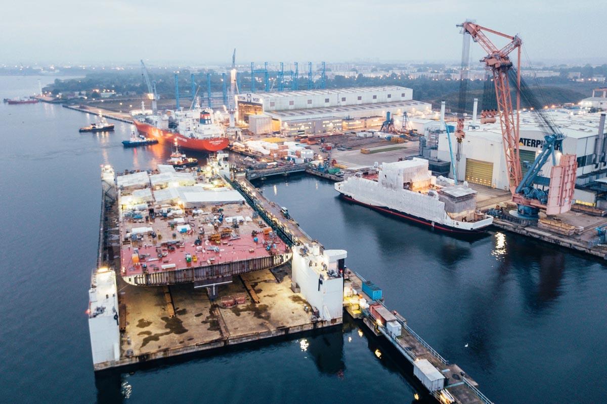 Ein Teil des Rumpfs von AidaNova wird zur Werft verfrachtet