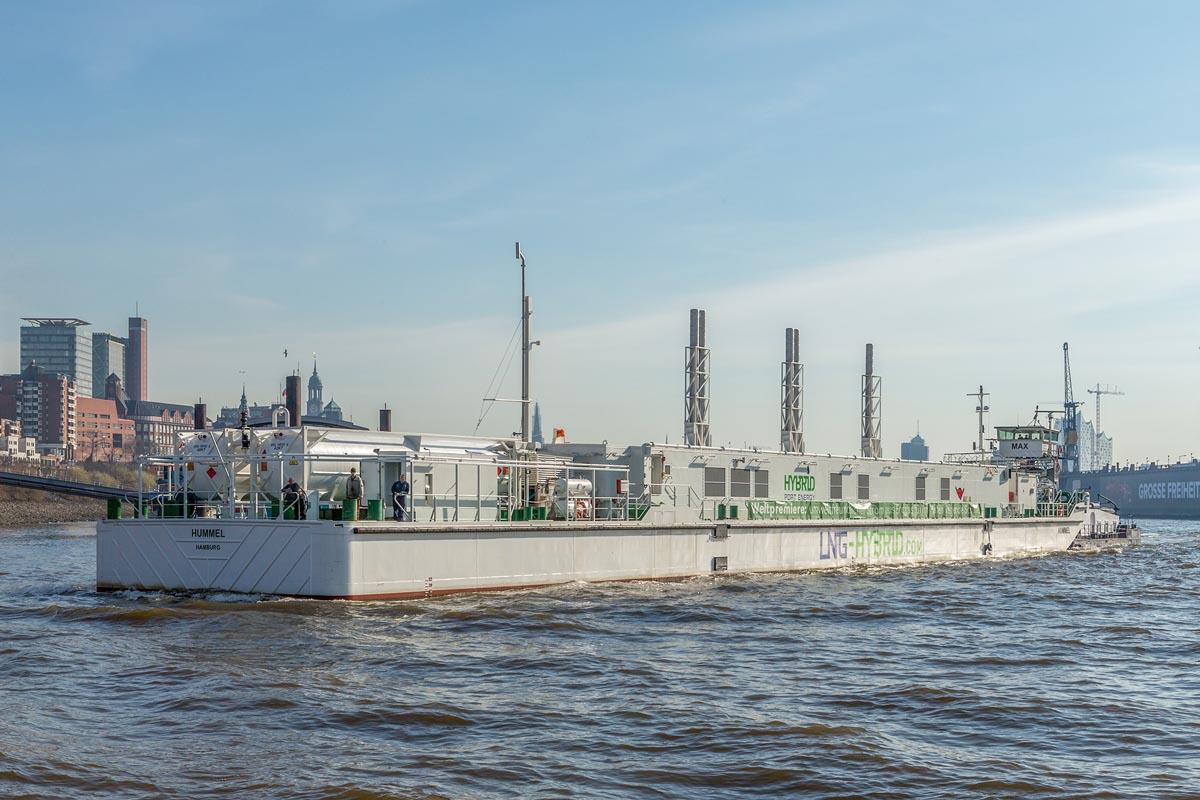 Die LNG-Barge Hummel im Hamburger Hafen
