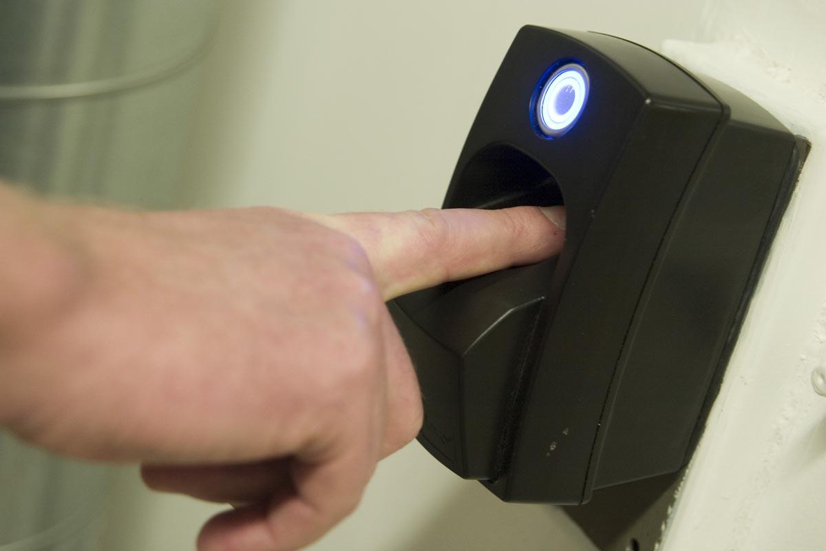 Ein Fingerabdruck-Scanner sichert die Tür zum Maschinenraum