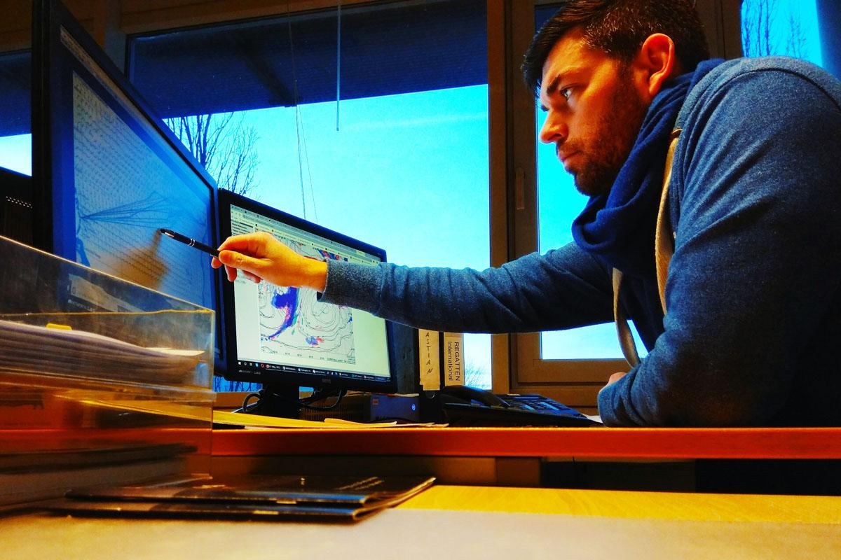 Wetterwelt-Meteorologe Sebastian Wache an seinem Arbeitsplatz