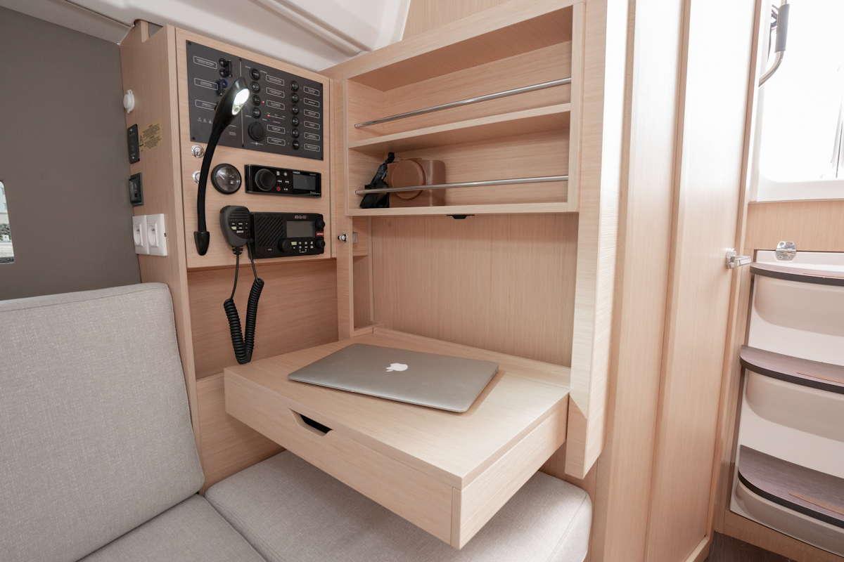 Navigator-Position mit ausklappbarem Schreibtisch © Werft