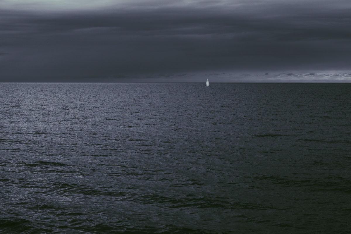 Ruhe vor dem Sturm: Eine Segelyacht vor heraufziehendem Schlechtwetter