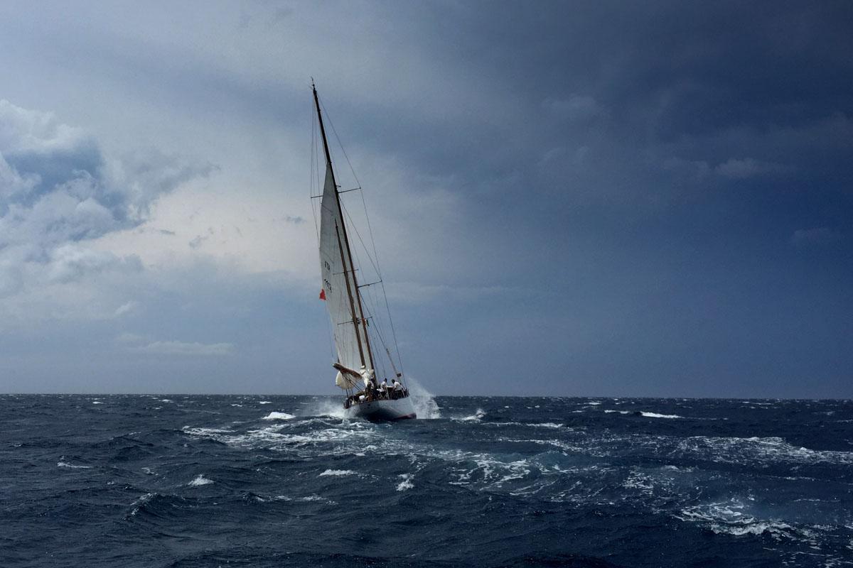 Segelyacht in schwerer See
