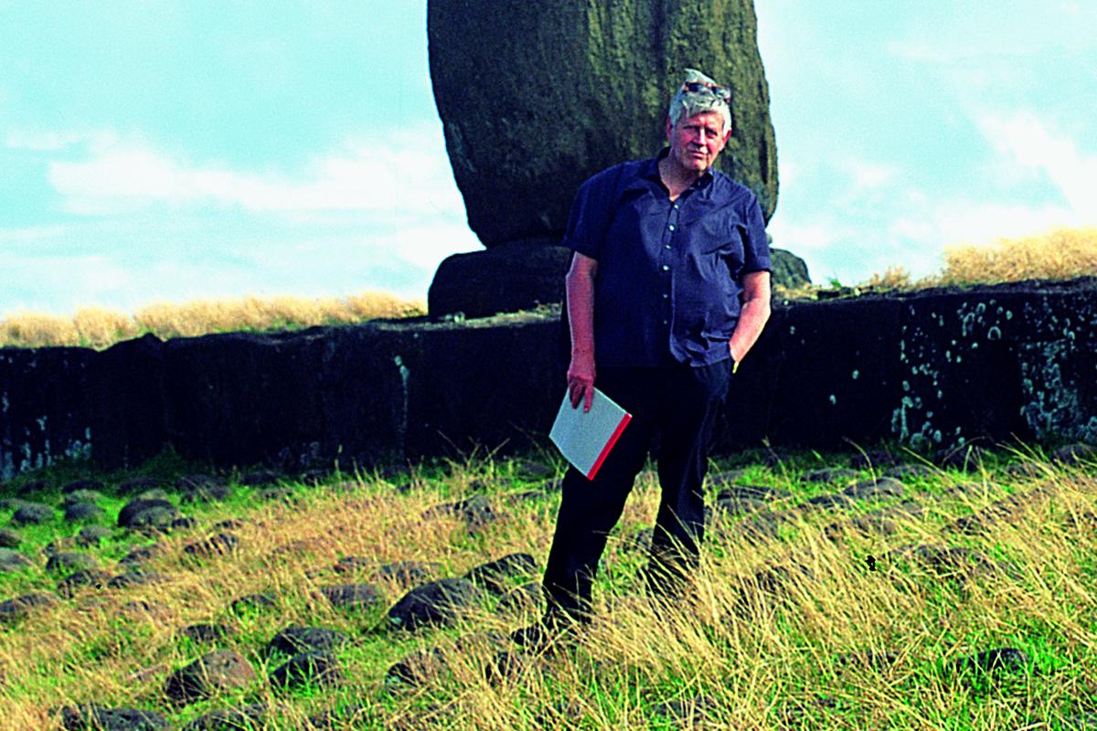 Hugo Pratt 1992 auf der Osterinsel – er recherchierte stets akribisch für seine Geschichten