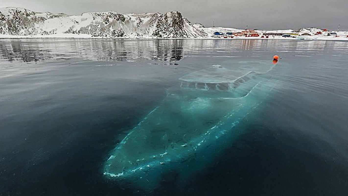 Trawler mit falschem Namen, gesunken vor der Antarktischen Halbinsel © Oliver Illg