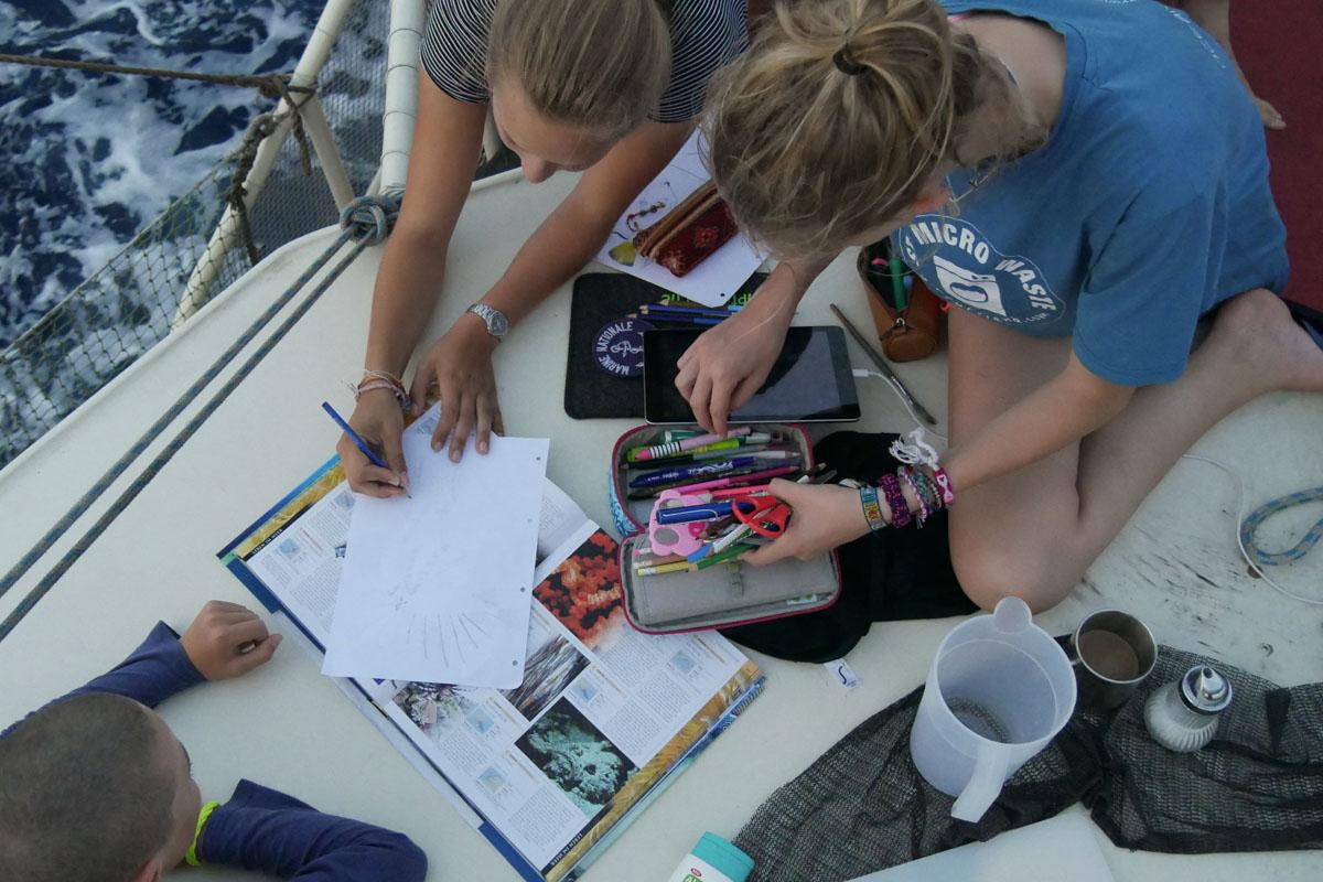 Schulaufgaben an der See: In der Passatwindzone findet der Unterricht fast immer in frischer Luft vor dem Großmast statt