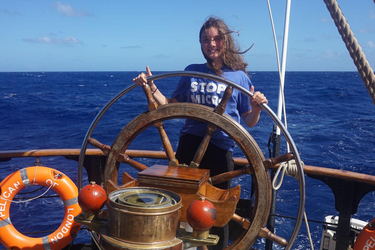 Selbst am Steuer stehen: Auch das lernen die Schülerinnen und Schüler an Bord der Pelican