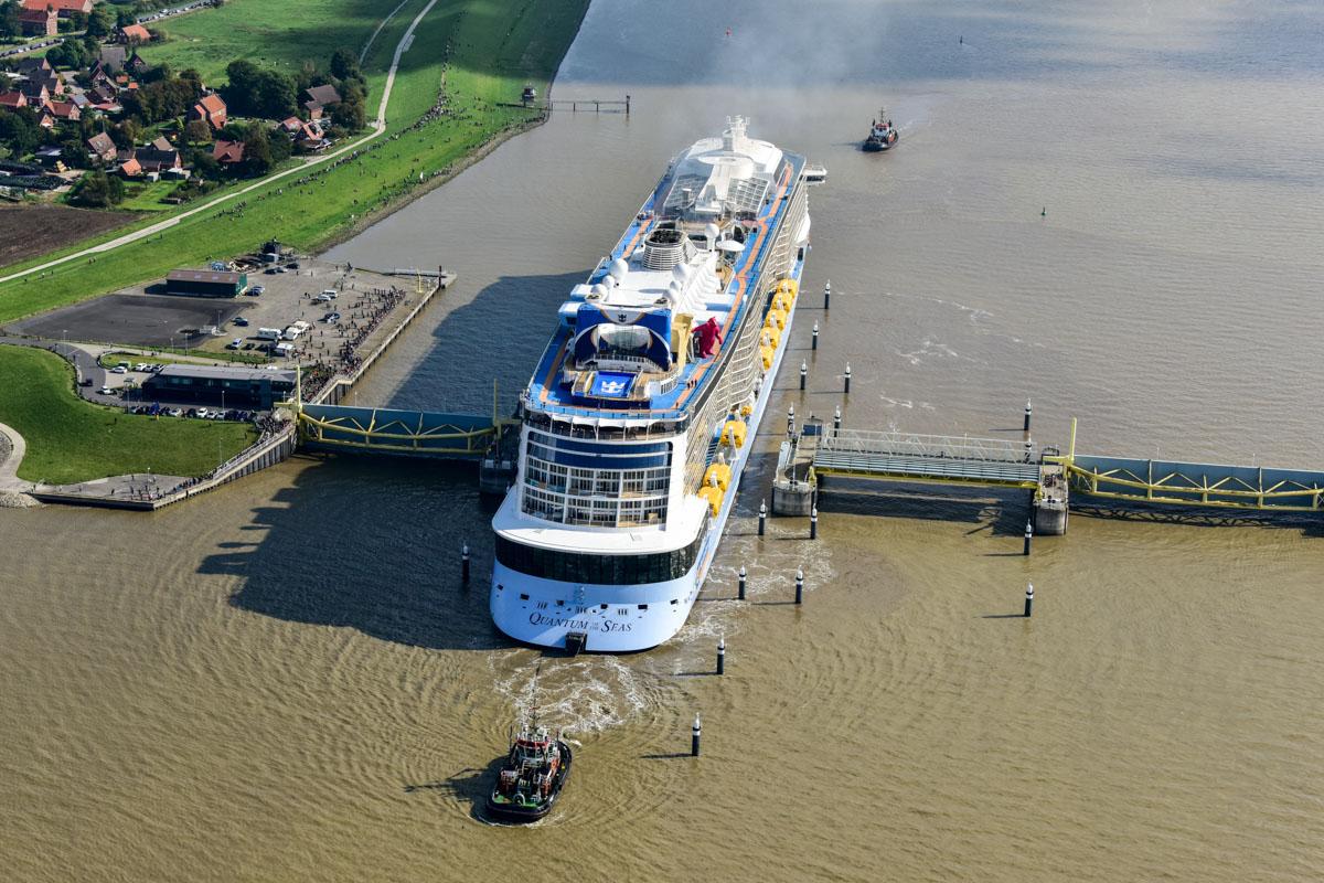 Auch das Emssperrwerk muss durchfahren werden, danach kann das Schiff aus eigener Kraft laufen