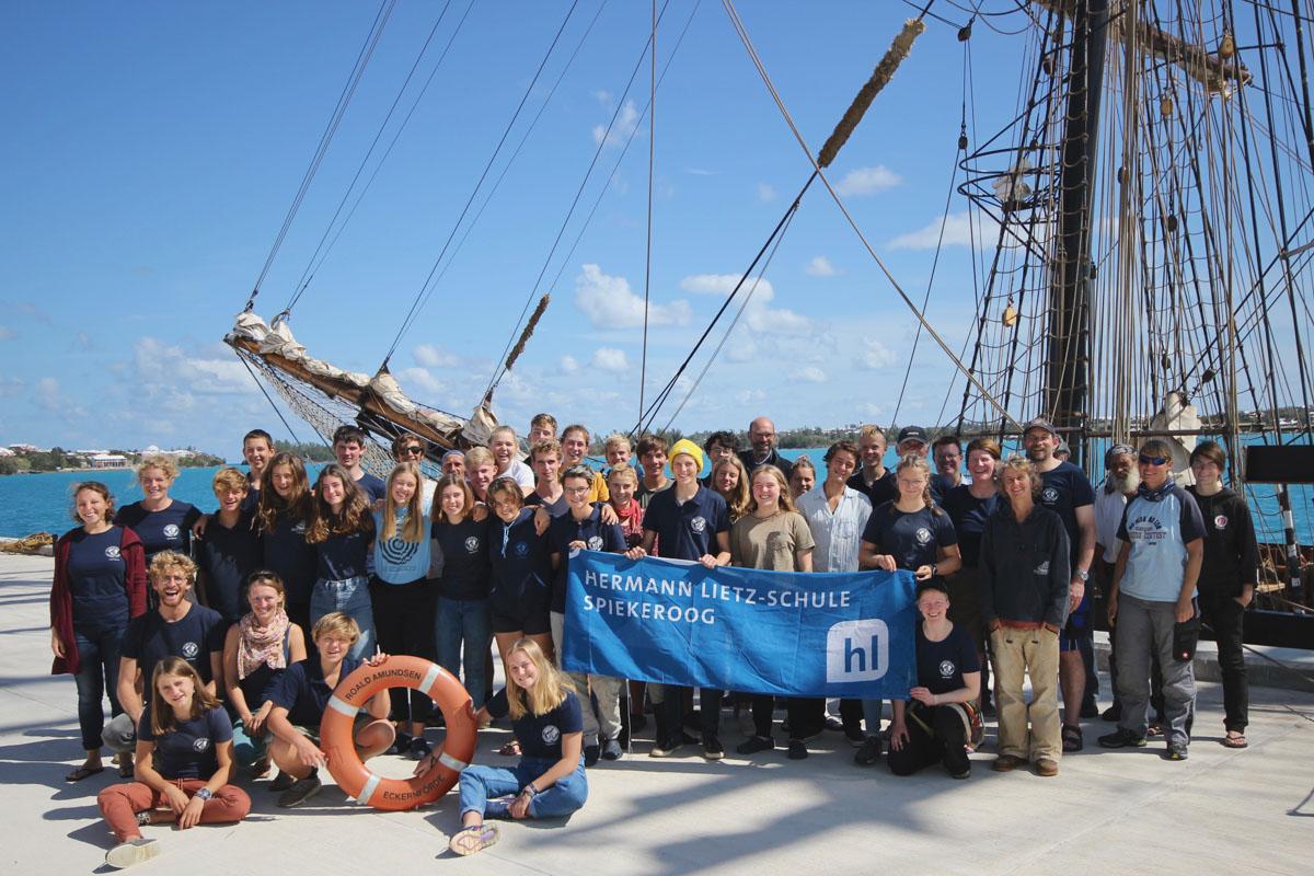 Vor der Rückfahrt auf Bermuda entstand das Gruppenfoto mit dem Segler als Hintergrundmotiv