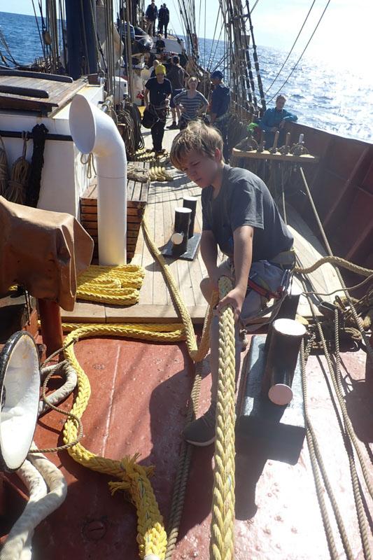 Schüler beim Trimmen der Segel
