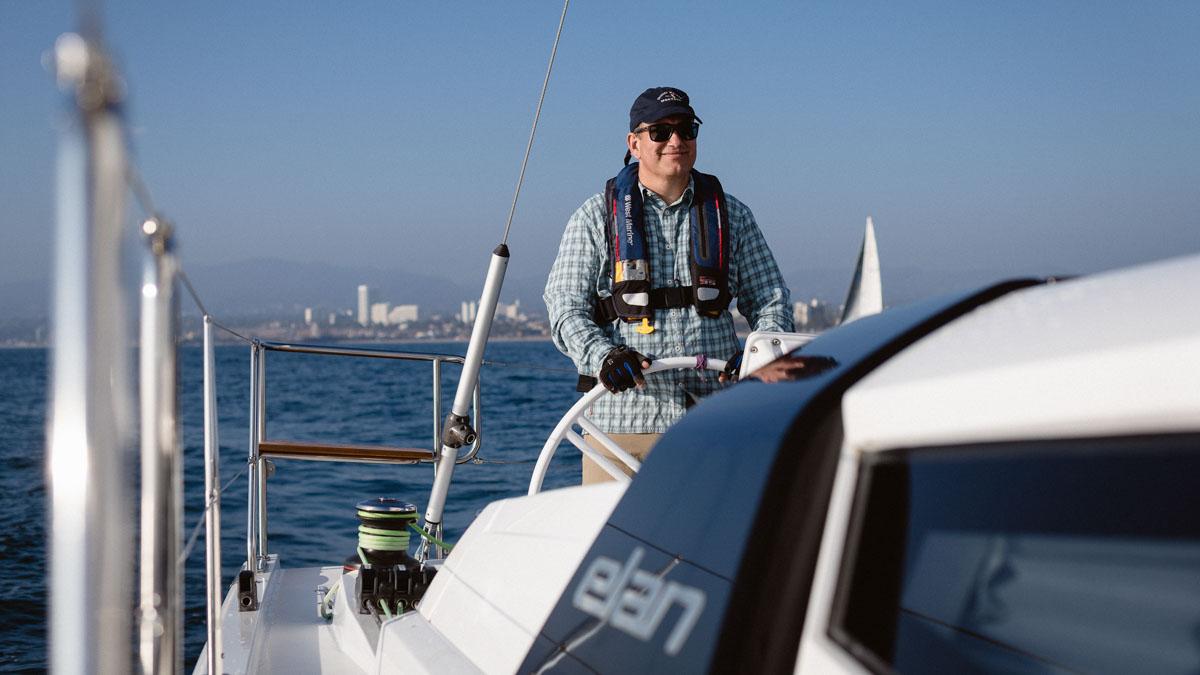 Charles Kuehmann am Steuer seiner Elan GT5. Bis zu 50 Seemeilen beträgt die Reichweite des Antriebs © Christian Brecheis