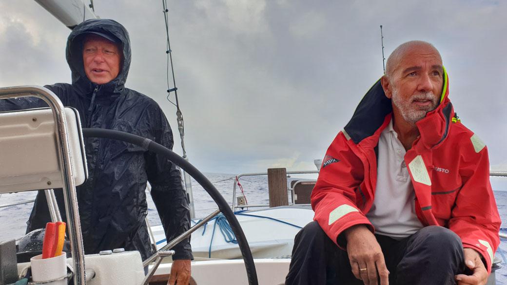 Marionetten des Meteorologen: Skipper Christoph Baldus und sein Mitsegler am Steuer © Christoph Baldus