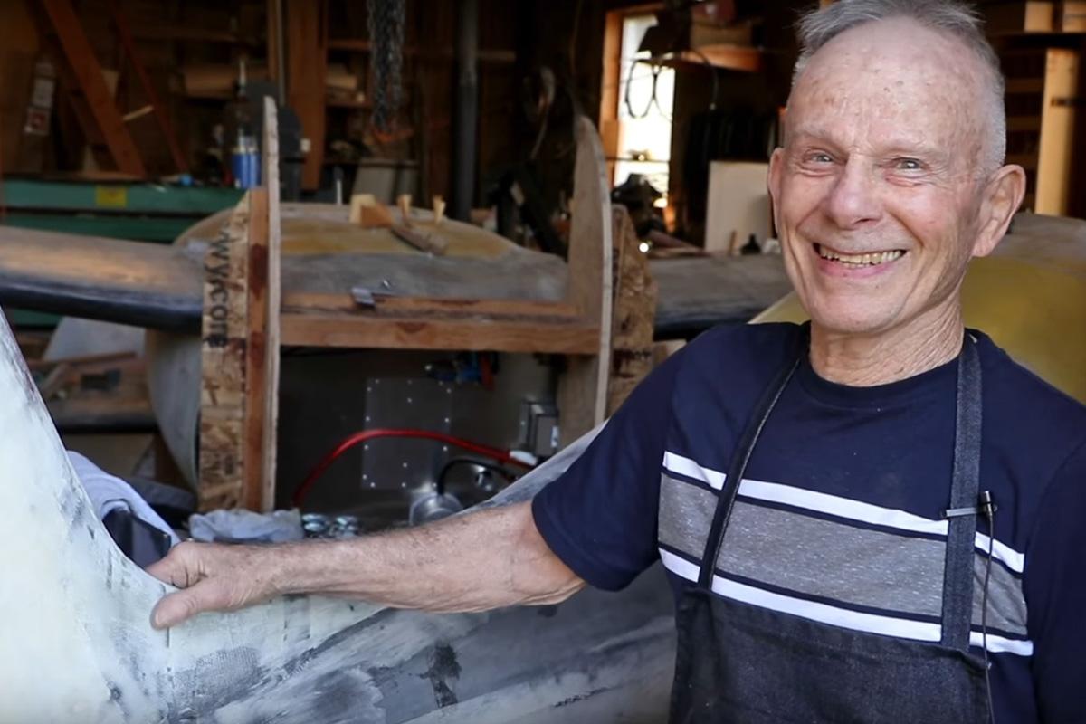 Norm Coote in seiner Maschinen- und Bootsbau-Werkstatt