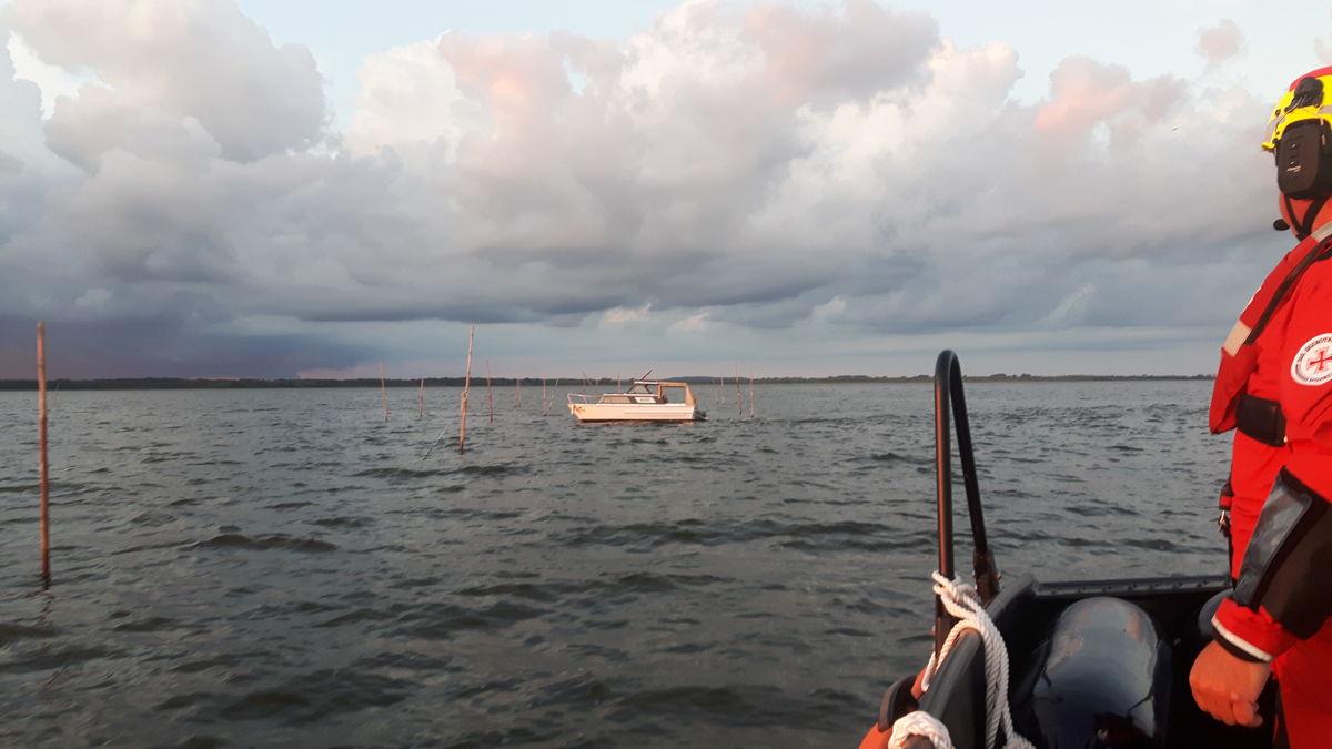 herrenloses Motorboot