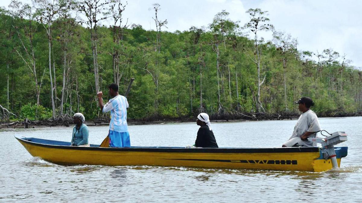 Harte Arbeit für kargen Lohn: Kolumbianische Muschelfischerinnen sind nicht zu beneiden. Doch Elektromotoren von Torqeedo haben ihre Erträge signifikant gesteigert. © Torqeedo