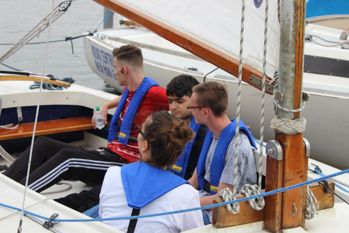 Vor dem Ablegen: Schüler machen sich mit dem Segelboot vertraut