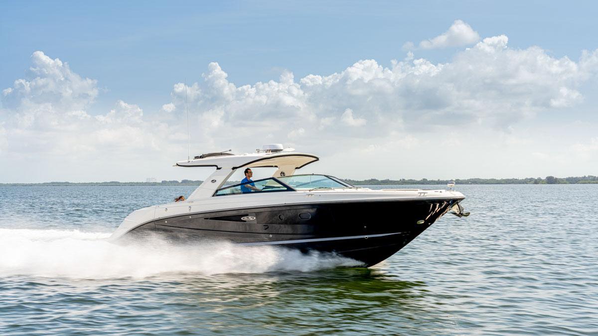 Sieht verdammt schnell aus: Die Sea Ray SLX 400 kann bei Bedarf fliegen. Aber macht auch vor Anker Spaß. © Werft