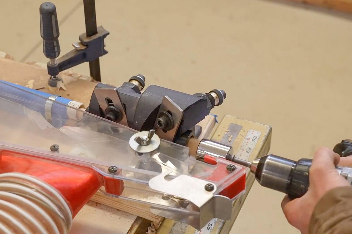 Die Wasserstopper werden in der Trunnel-Maschine gedreht