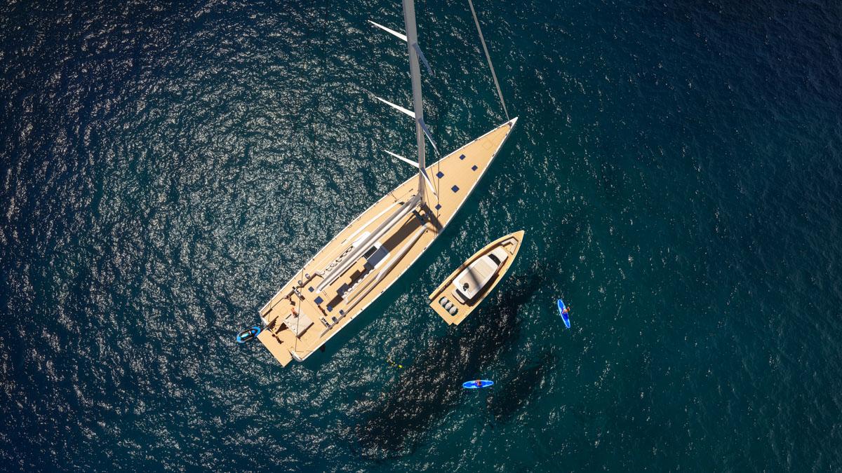 Ein Schatten vom Mast fällt auf die neue Swan Shadow, das erste Motorboot der finnischen High-End-Marke © Werft