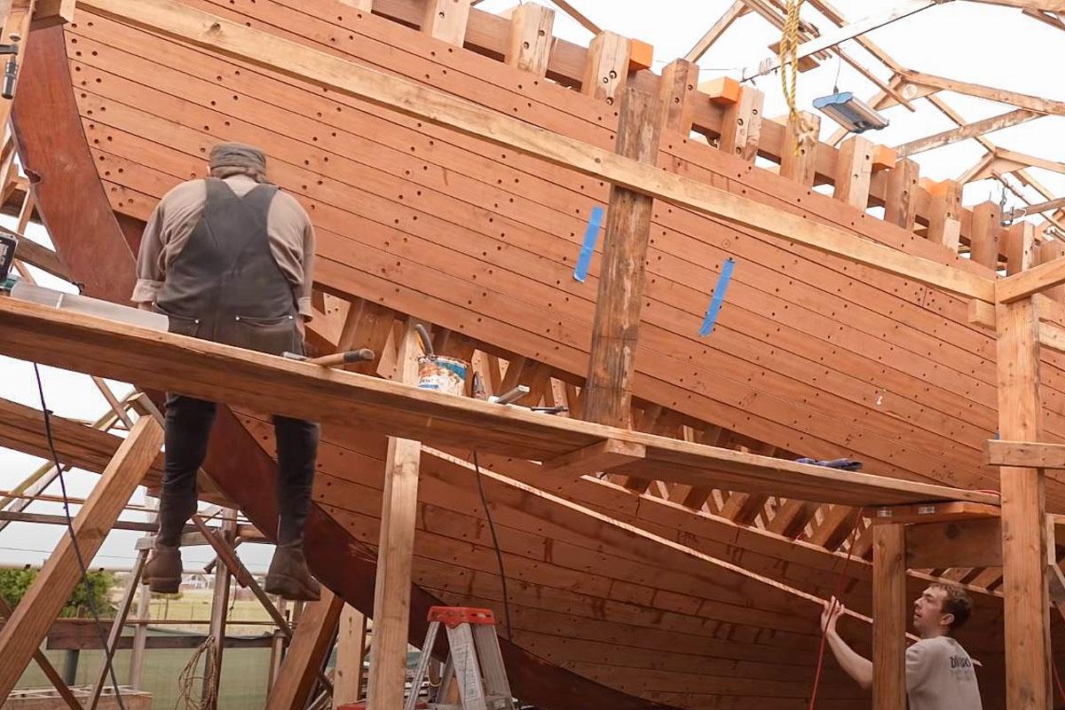 Pete und Matt befestigen mit Gerüst eine weitere Planke