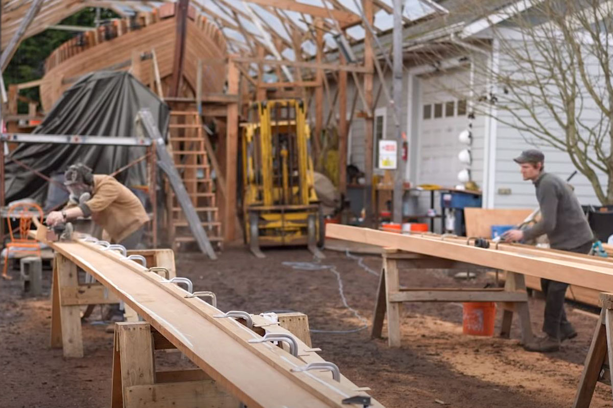 Leo und Pete arbeiten an den Planken