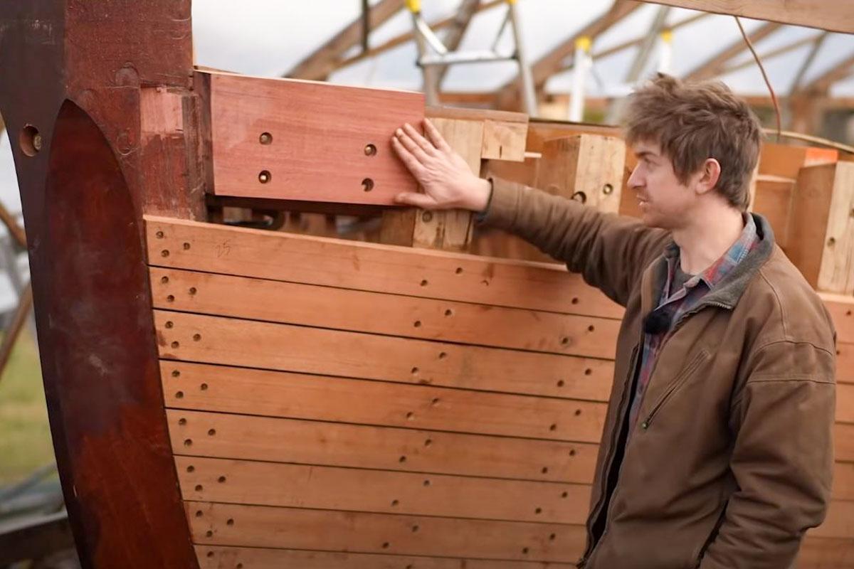 Leo zeigt uns wo die Backbord knacken sind