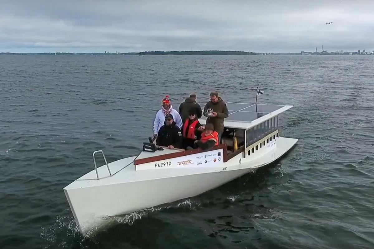 Janne auf Elektro-Boot