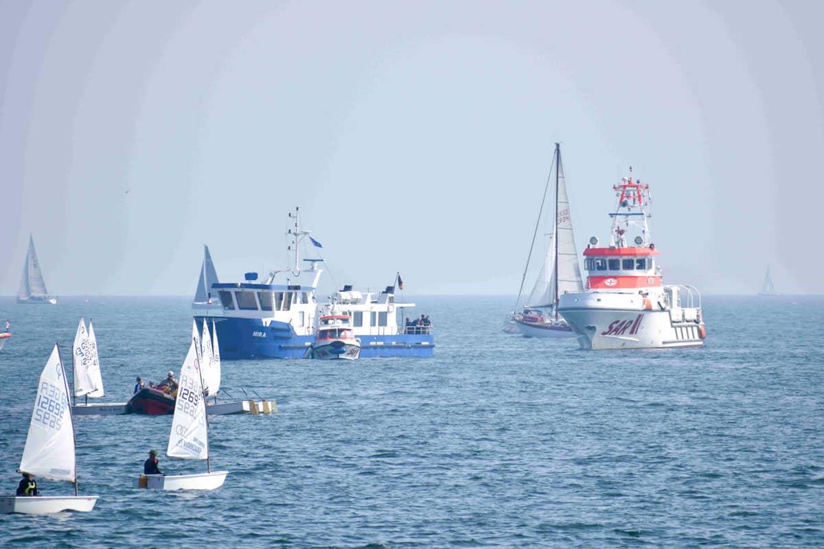 Die Seenotretter schleppe ein Motorschiff ab