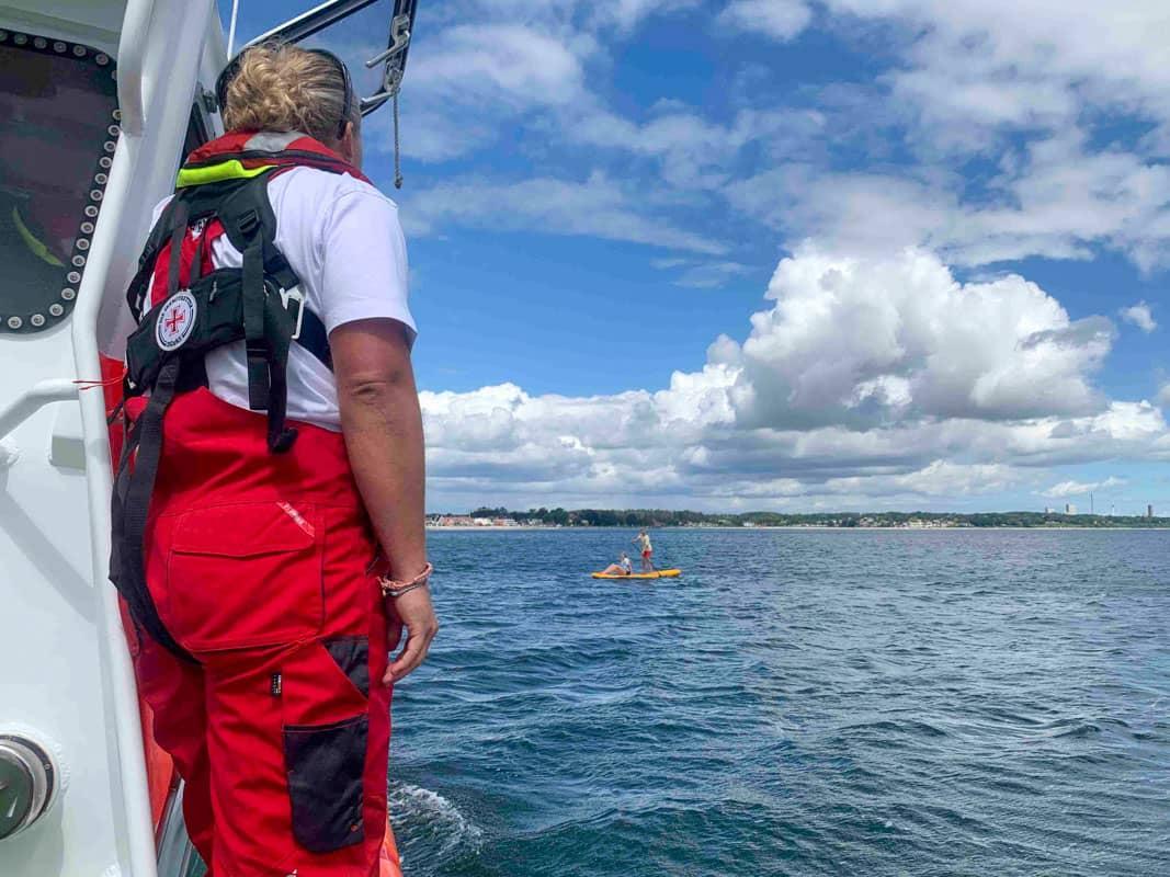 Die Seenotretter nehmen zwei Jugendliche mit