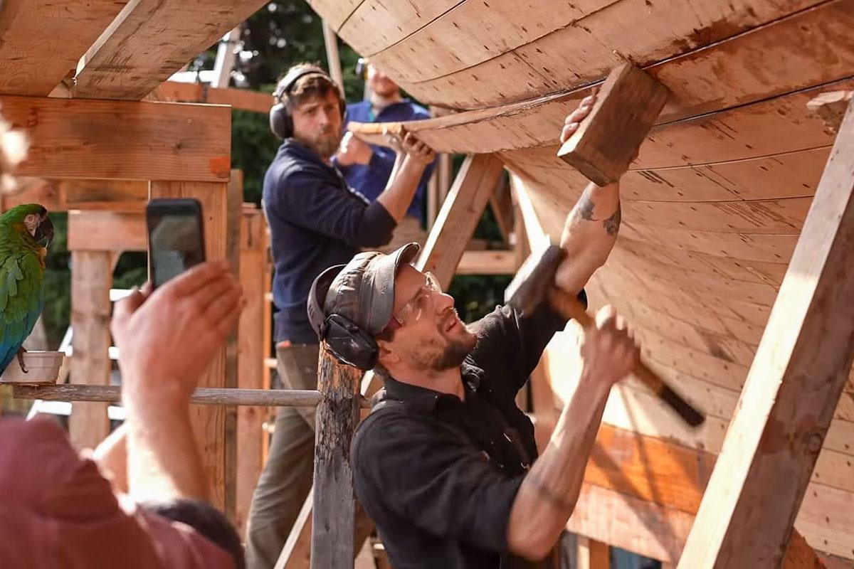 Leo Sampson filmt das Einsetzen der Whisky-Planke