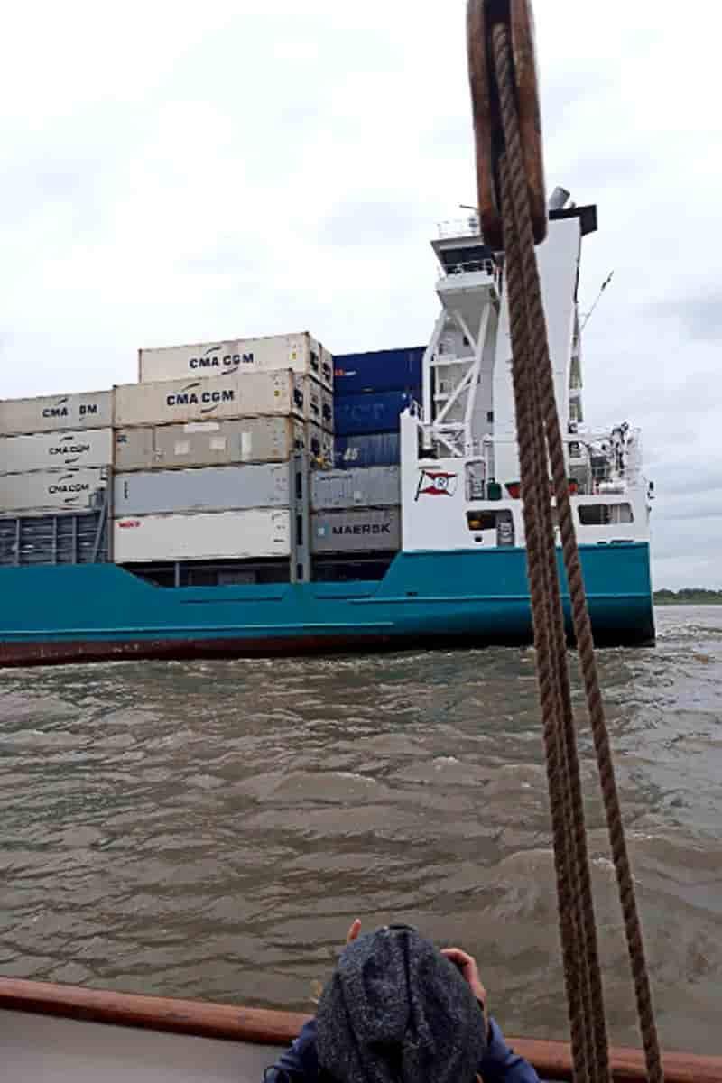 Beinahe-Kollision: Wenige Minuten vor dem Crash passiert der Frachter Hanna die Elbe