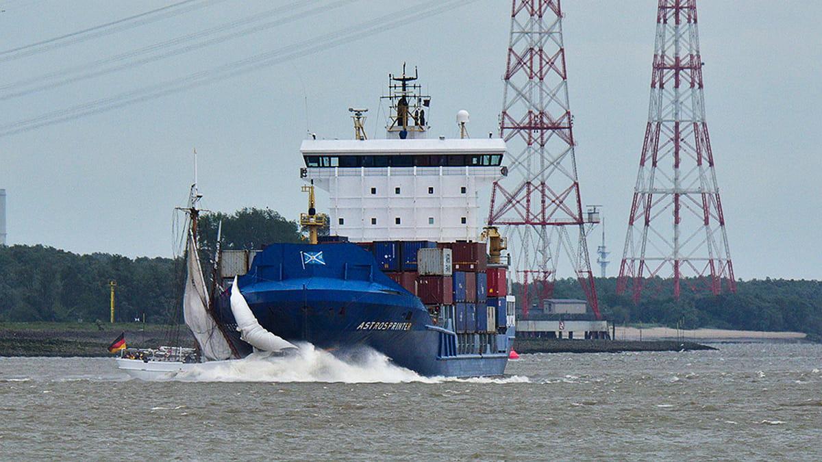Lotsenschoner 5 Elbe im Moment der Kollision mit dem Frachter Astrosprinter © Daniel Beneke