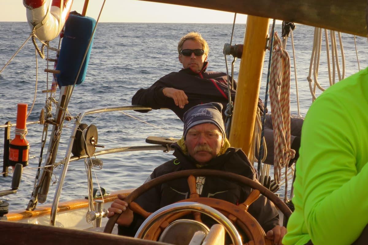 Bild von dem Skipper am Steuerrad