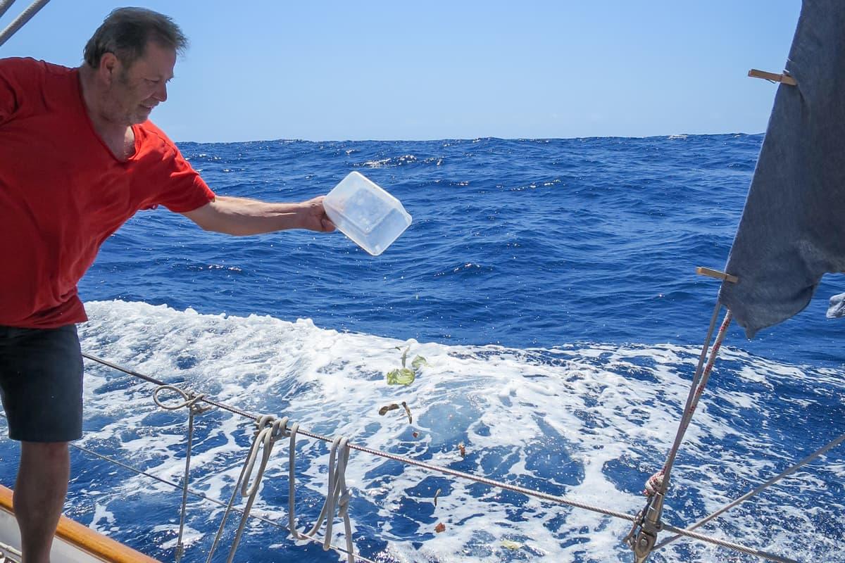Organischer Müll wird über Bord geworfen