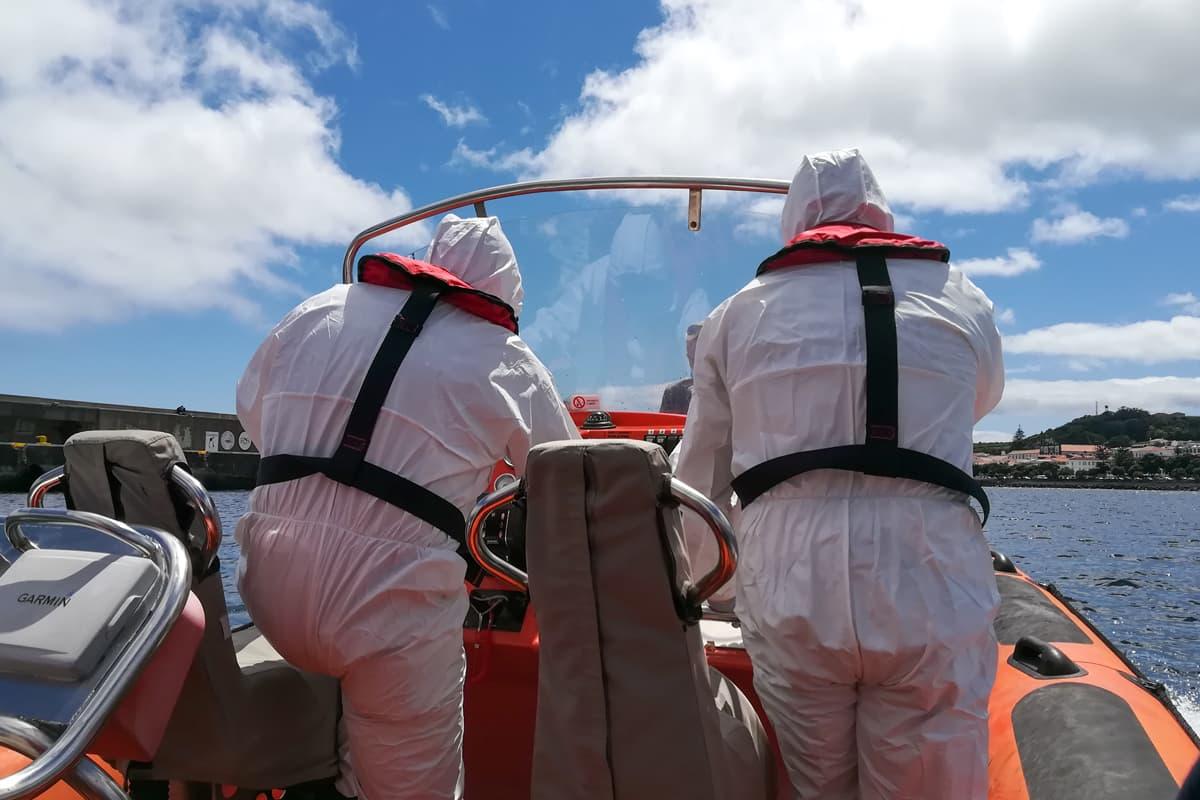 Das Medical Team in ihren weißen Schutzanzügen