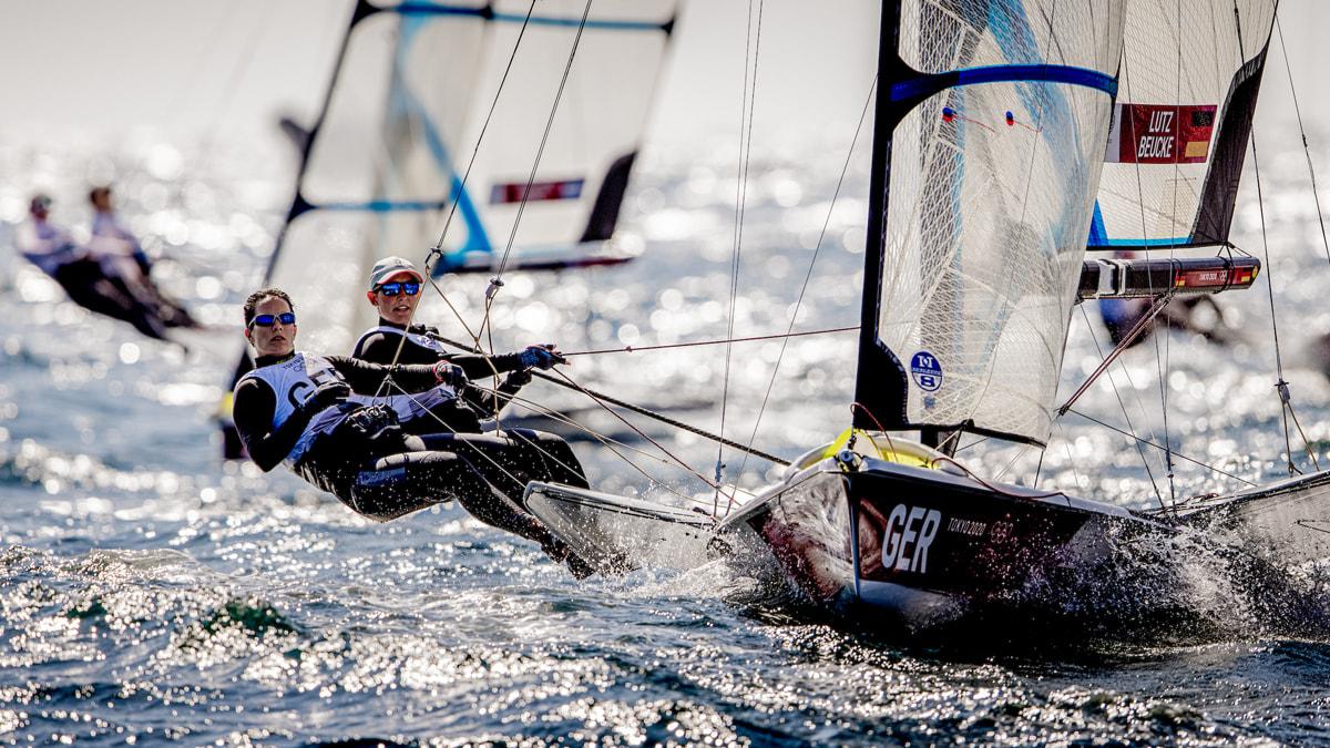 Trotz Leichtwind im Trapez: Susann Beucke (links) und Tina Lutz auf dem Wasser