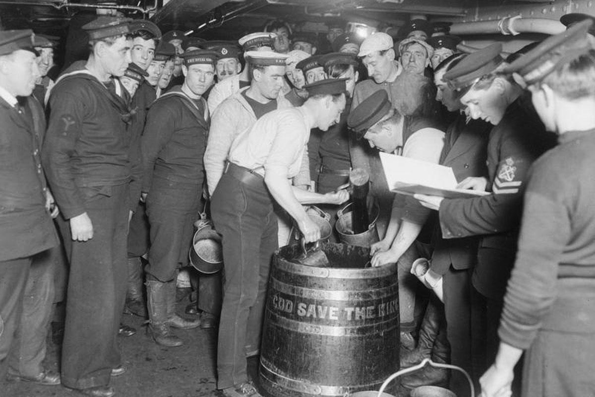 Britische Matrosen beim Rum-Ausschank