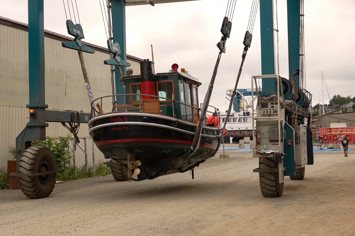 Ein Boot wird mit dem Kran gefahren